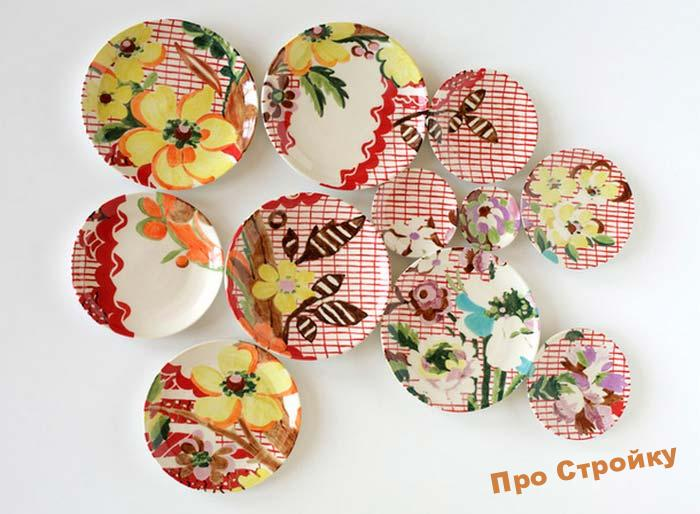pomeshhaem-na-stenu-dekorativnye-tarelki-foto-originalnyx-intererov-12