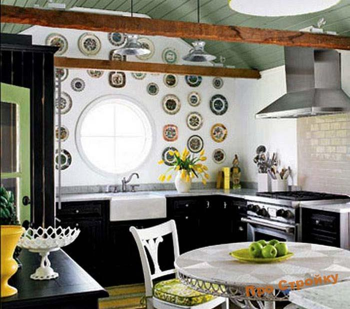 pomeshhaem-na-stenu-dekorativnye-tarelki-foto-originalnyx-intererov-18