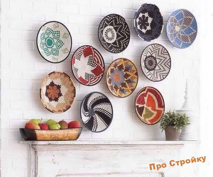 pomeshhaem-na-stenu-dekorativnye-tarelki-foto-originalnyx-intererov-21
