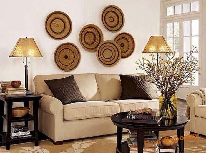 pomeshhaem-na-stenu-dekorativnye-tarelki-foto-originalnyx-intererov-6