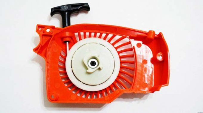 starter-dlya-benzopily-rabota-i-remont-instrumenta-svoimi-rukami-681x382.jpg